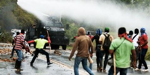 La police s'en est prise à des indigènes lors d'une manifestation à Mondomo. © LUIS ROBAYO/AFP/Getty Images