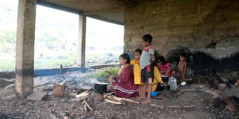 Des familles indigènes ont construit un camp en-dessous d'une école après avoir été contraintes de quitter leur maison en 2012. © Steve Cagan