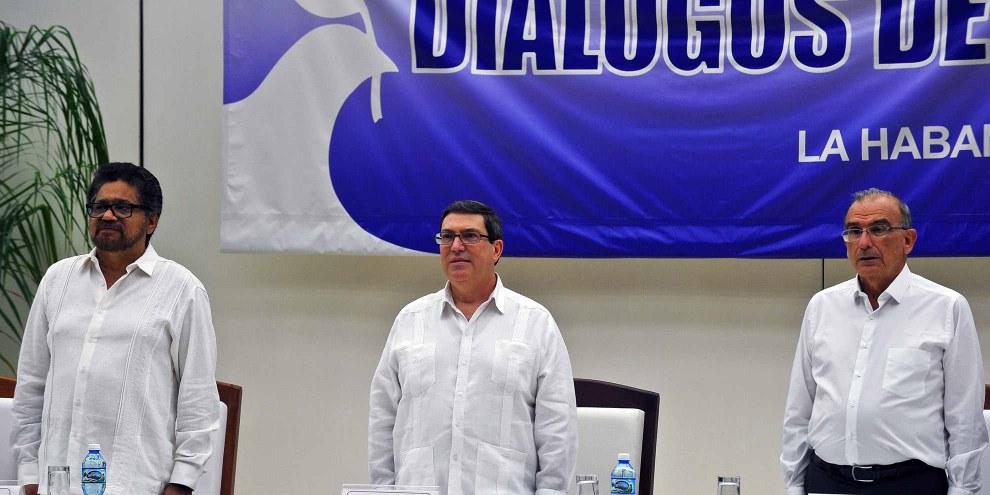 Le négociateur des FARC, Ivan Marquez (à gauche) et les autorités colombiennes, Humbreto de la Calle (à droite) avec Bruno Rodriguez, ministre des affaires étrangères de Cuba, pays hôte des négociations,  24 août 2016.  © AFP/Getty Images