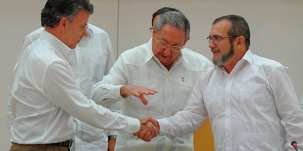 Poignée de main entre le président colombien Santos et le chef de FARC Jiménez (alias Timochenko) à La Havane, Cuba. © YAMIL LAGE/AFP/Getty