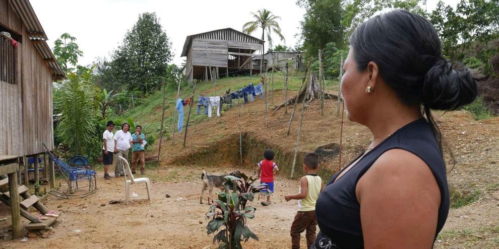 Des membres de la communauté indigène de Wounaan Phubuur, à Chocó, ont été chassés de leurs foyers à la suite d'un conflit armé.  © AI