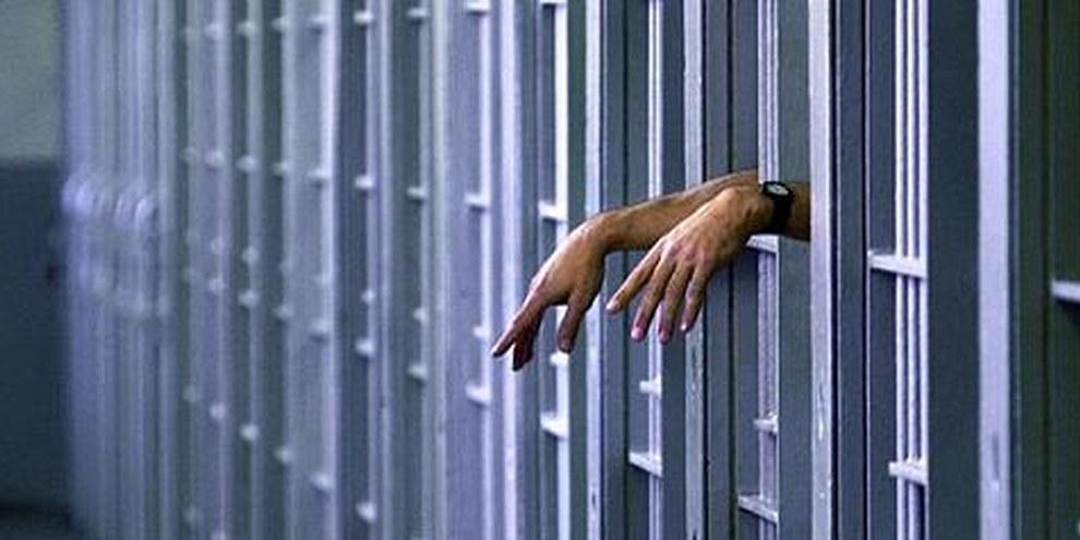 Les mains d'un détenu des couloirs de la morts dans une cellule de l'institution correctionnelle de Pontiac, à Pontiac, Illinois, aux Etats-Unis. © APGraphicsBank