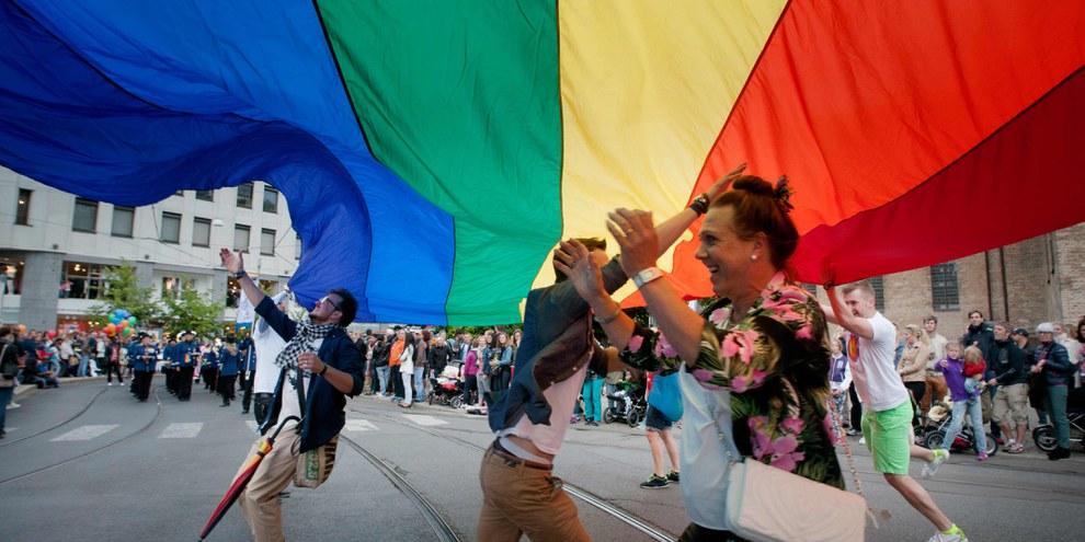 Des personnes fêtent l'Euro Pride à Oslo en 2014. © Greg Rødland Buick/Amnesty International