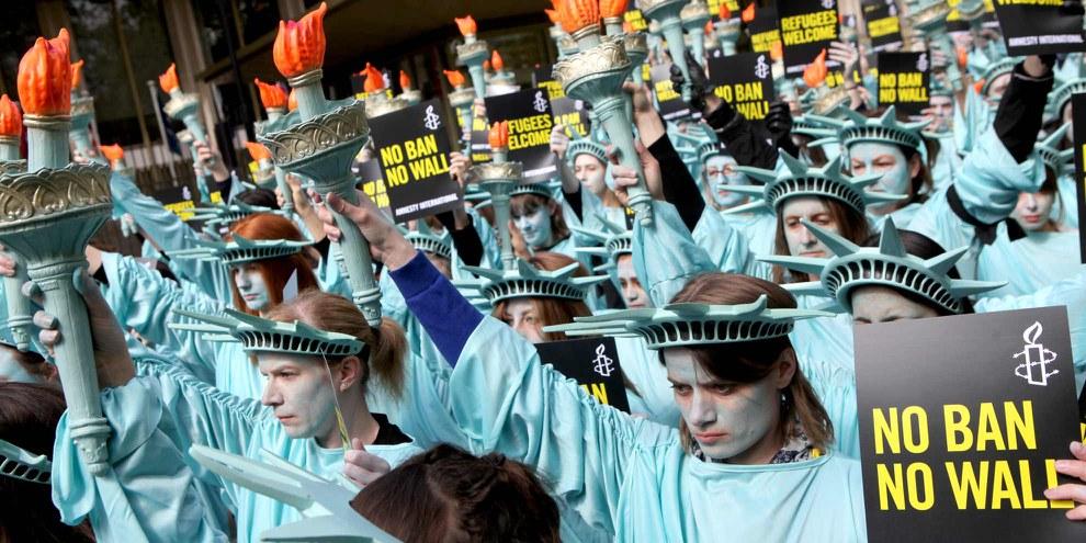 Amnesty a critiqué sévèrement plusieurs mesures prises par le nouveau gouvernement étasunien, notamment l'édification du mur à la frontière mexicaine et le «décret anti-musulmans». Ici, des militant·e·s protestent à Londres à l'occasion des 100 jours d'investiture du président Trump. © Marie-Anne Ventoura/Amnesty UK