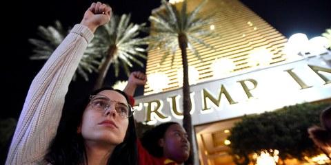 Des manifestants protestent contre l'élection de Donald Trump devant un hôtel du milliardaire à Las Vegas, Nevada, en novembre 2016. © Alamy Stock Photo