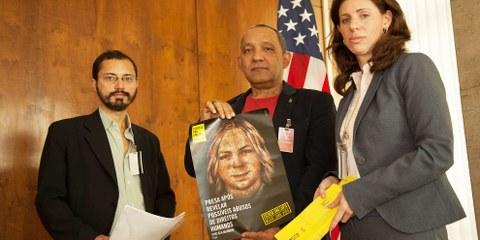 Remise d'une pétition d'Amnesty Brésil pour Chelsea Manning lors du Marathon des lettres 2014. © Wesley Prado
