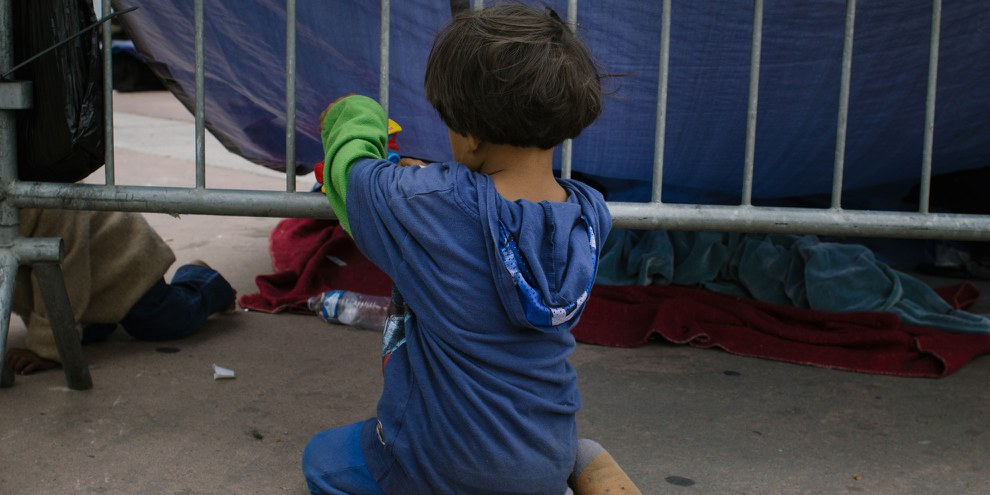 Les scènes terribles observées aux États-Unis illustrent la nécessité d'un engagement international visant à mettre fin à la détention des enfants migrants. © Sergio Ortiz/Amnesty International