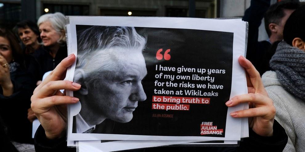 Les partisan.e.s de Julian Assange demandent sa libération devant l'ambassade britannique à Bruxelles. ©Alexandros Michailidis / shutterstock.com