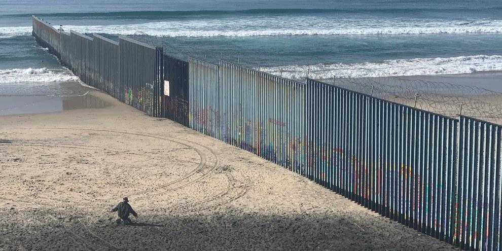 La frontière entre le Mexique et les États-Unis, une barrière insurmontable. ©Alli Jarrar/ Amnesty International