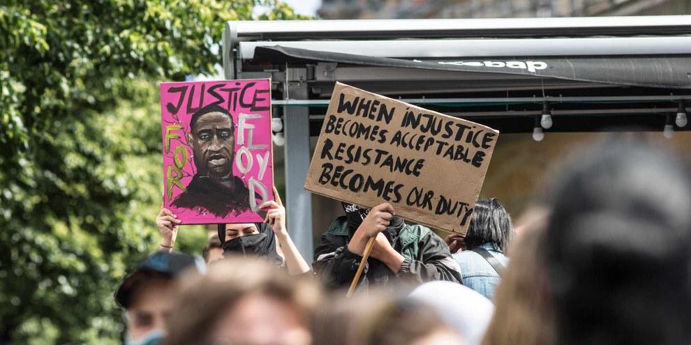 Le meurtre de George Floyd par le policier Derek Chauvin, en juin 2020, a généré des manifestations partout dans le monde, dénoncant le racisme et les violences policières. © Amnesty International / Jarek Godlewski