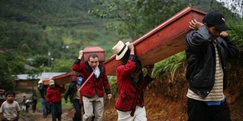 Cérémonie d'inhumation pour les corps des disparus, en 2008. © APGraphicsBank
