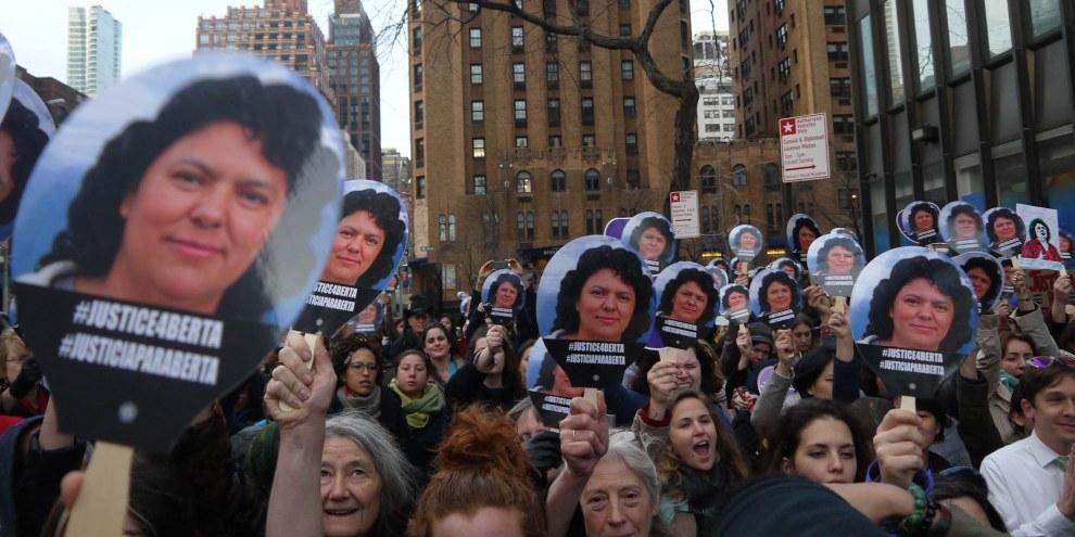 Des manifestant·e·s se sont réuni·e·s à New York pour demander que justice soit faite autour de l'assassinat de la militante hondurienne Berta Cáceres. © Amnesty International