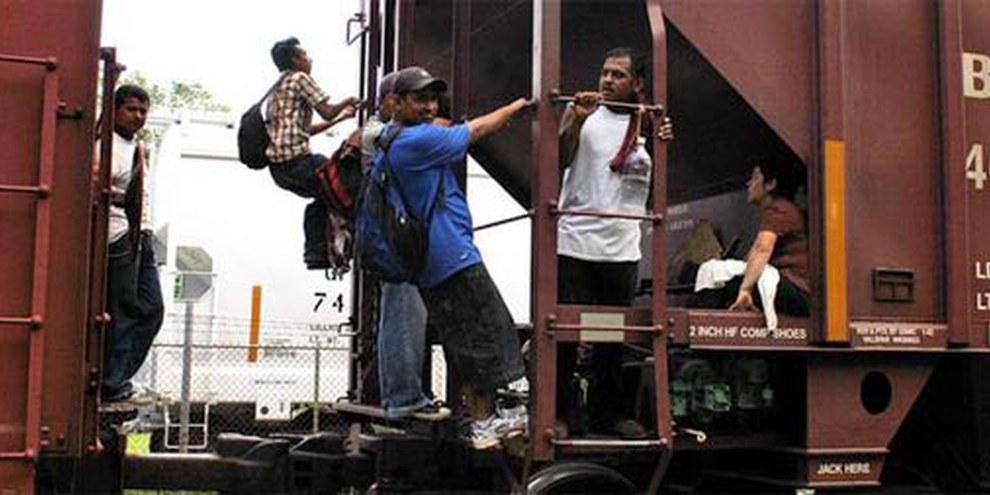 Des migrants sautent sur un train en marche © AI Ricardo Ramírez Arriola