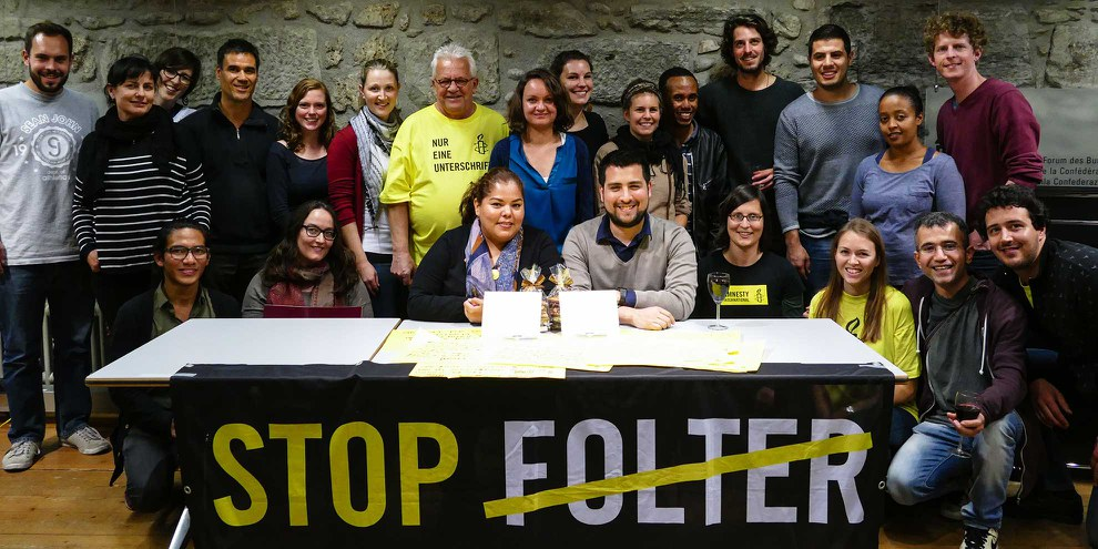 Claudia Medina et Luis Tapia entourés de militant·e·s à Berne © AI Suisse