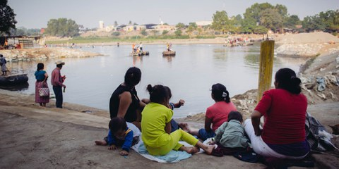 À l'image de cette famille, ici à la frontière entre le Mexique et le Guatemala, de nombreux habitants du Honduras, du Salvador et du Guatemala fuient l'insécurité régnant dans leurs pays, espérant trouver refuge au Mexique. © Amnesty International/Sergio Ortiz