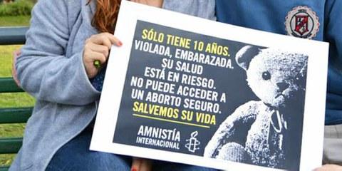"""Action organisée en Argentine par des membres d'Amnesty: """"Elle n'a que 10 ans. Violée, mise enceinte, sa santé est menacée. Elle n'a pas accès à une interruption de grossesse sûre. Sauvons-la.""""   © AI"""