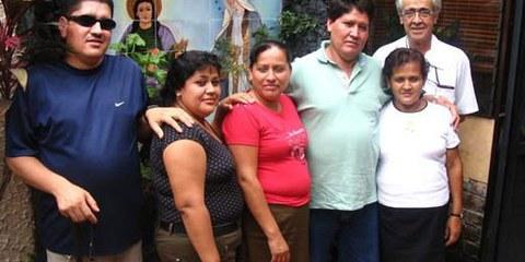 La famille Serrano Cruz ici avec Jon de Cortina, fondateur de l'ONG  salvadorienne Pro-Búsqueda, 26 septembre 2005. Cette famille est l'une des centaines de personnes qui cherchent encore leurs enfants disparus pendant le conflit armé (1980-1992). © DR