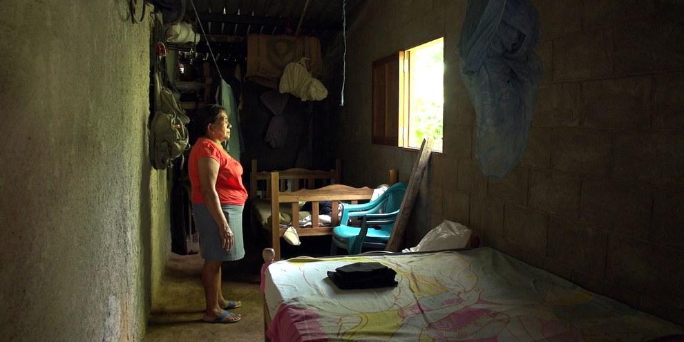 Mária Sánchez dans la chambre de sa fille, Teodora, qui a été condamnée à 30 années de détention après une fausse couche. © Amnesty International