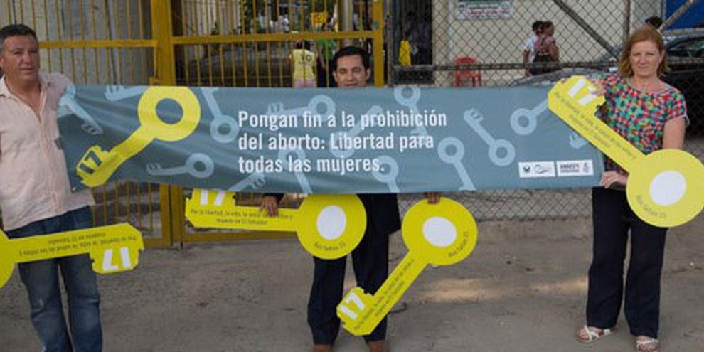Des militants exigent la libération des femmes emprisonnées pour une interruption de grossesse au Salvador, avril 2015. © Amnesty International