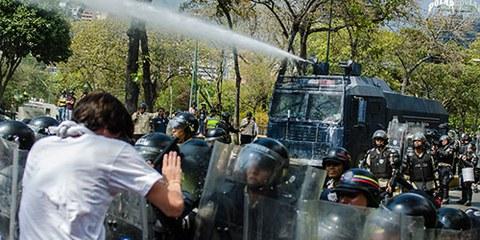 Usage de canons à eau contre les manifestants à Caracas. © Carlos Becerra