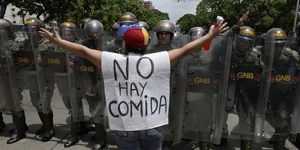 Une femme proteste contre les nouveaux pouvoir d'urgence décrétés par Nicolas Madura, Caracas, 18 mai 2016. © AFP/Getty Images