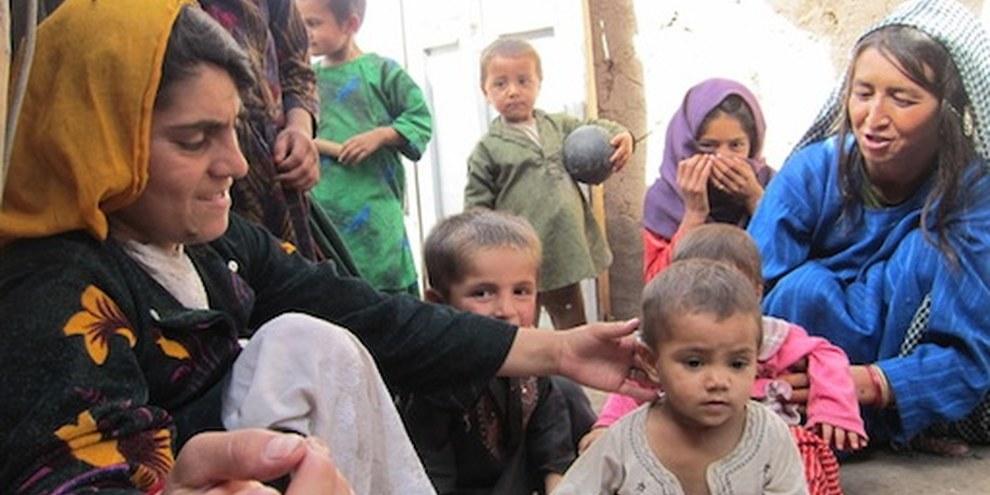 Femmes et enfants résident dans un camp réservée aux personnes déplacées à Herat. © AI