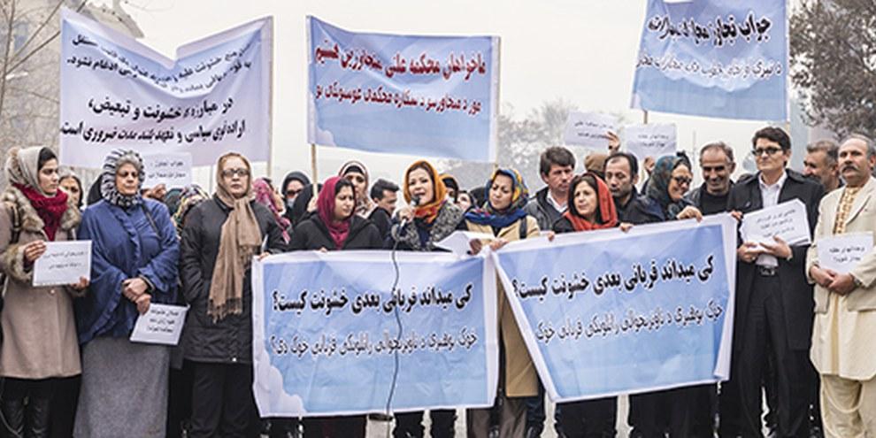 Les militantes afghanes sont aux prises avec des attentats ou sont assassinées. Nombreuses poursuivent malgré tout leurs actions afin d'obtenir des avancées en matière de droits des femmes. © Marcus Perkins pour Amnesty International.