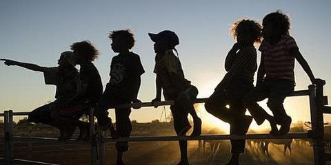 Des enfants Alyawarr dans le Territoire du Nord, Australie. © Rusty Stewart / AI