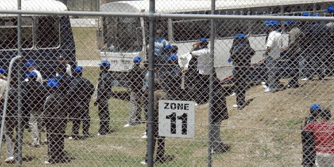 Des réfugiés sri lankais sont transférés sur l'île de Nauru depuis l'Australie. © Robyn Stevenson