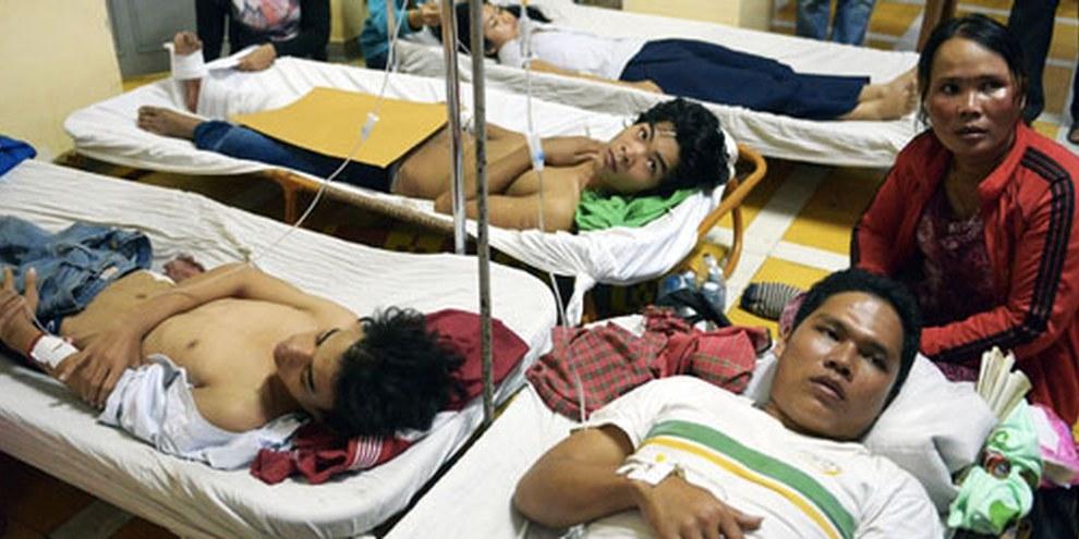 À Phnom Penh, les heurts du 3 janvier 2014 entre policiers et manifestants ont faits de nombreux blessés. © TANG CHHIN SOTHY/AFP/Getty Images