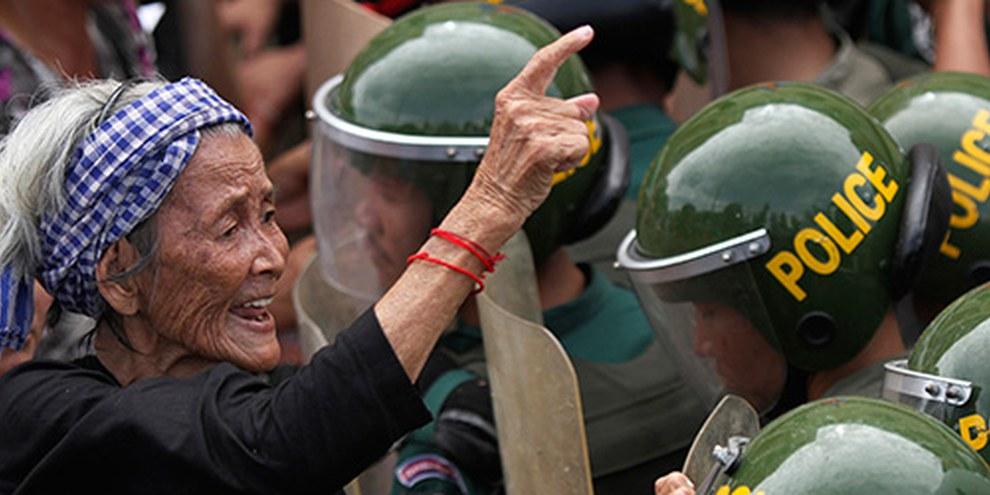 Depuis deux ans, au Cambodge, la population manifeste pour revendiquer ses droits comme jamais auparavant, mais les autorités répondent par une violente répression. © REUTERS/Samrang Pring