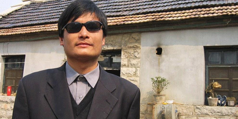Des supporteurs de Chen publient des photos d'eux-mêmes sur internet portant des lunettes noires. © DR