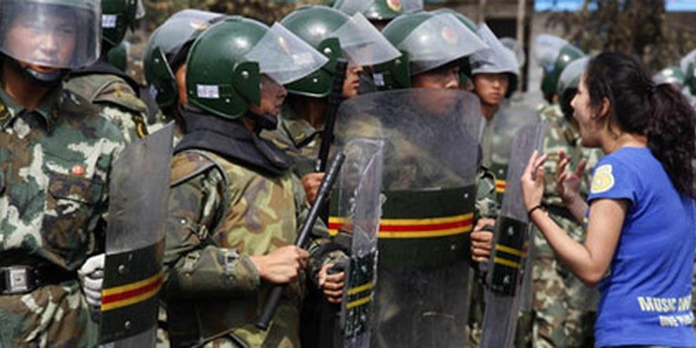 Des témoins ont indiqué que les forces de sécurité avaient répondu par la violence à un mouvement de protestation pacifique. © AP/PA Photo/Ng Han Guan