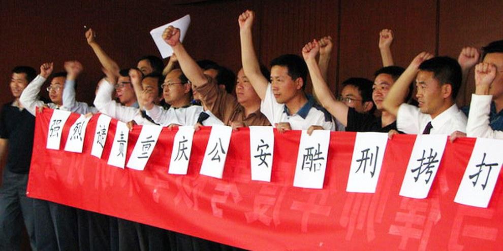Action d'avocats, qui se sont engagés pour leurs collègues emprisonnés en mai 2009. © DR