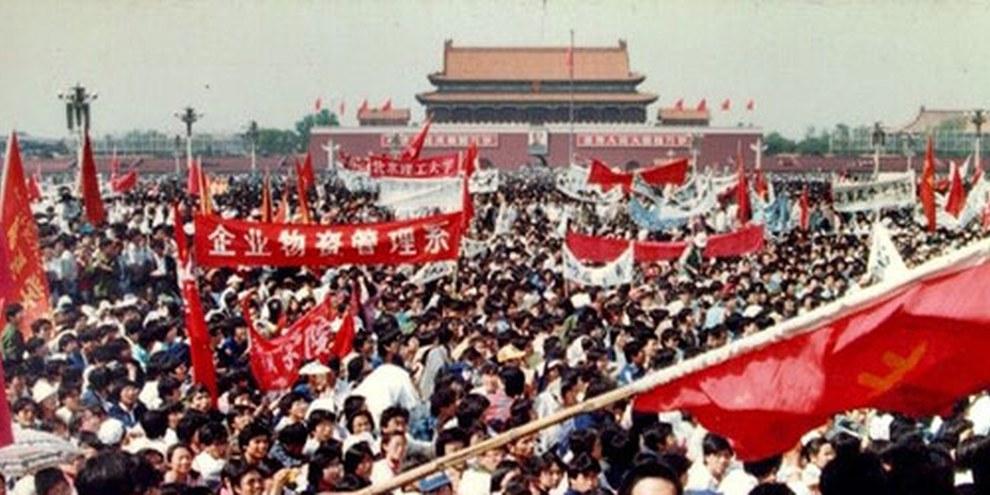 Dans la nuit du 3 au 4 juin 1989, l'Armée populaire de libération ouvre le feu sur des manifestants sur la place Tiananmen, à Pékin. © Hong Kong Alliance