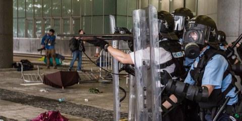 La police antiémeutes a aussi chargé des manifestants pacifiques, des journalistes et des habitants du secteur et tiré des gaz lacrymogènes et des balles en caoutchouc sans donner d'avertissements clairs.© Jimmy Lam / everydayaphoto
