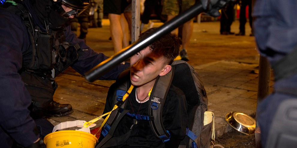 La police de Hong Kong fait preuve d'une extrême brutalité à l'encontre des manifestants. Arrestation d'un manifestant en août 2019.  © Rumbo a lo desconocido / shutterstock
