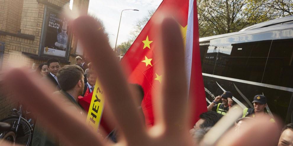 Un militant d'Amnesty International à La Haye, aux Pays-Bas,  est accueilli à l'extérieur du Musée Gemeente par une foule agressive qui soutient le Premier ministre chinois Li Keqiang, en visite officielle aux Pays-Bas. © Pierre Crom