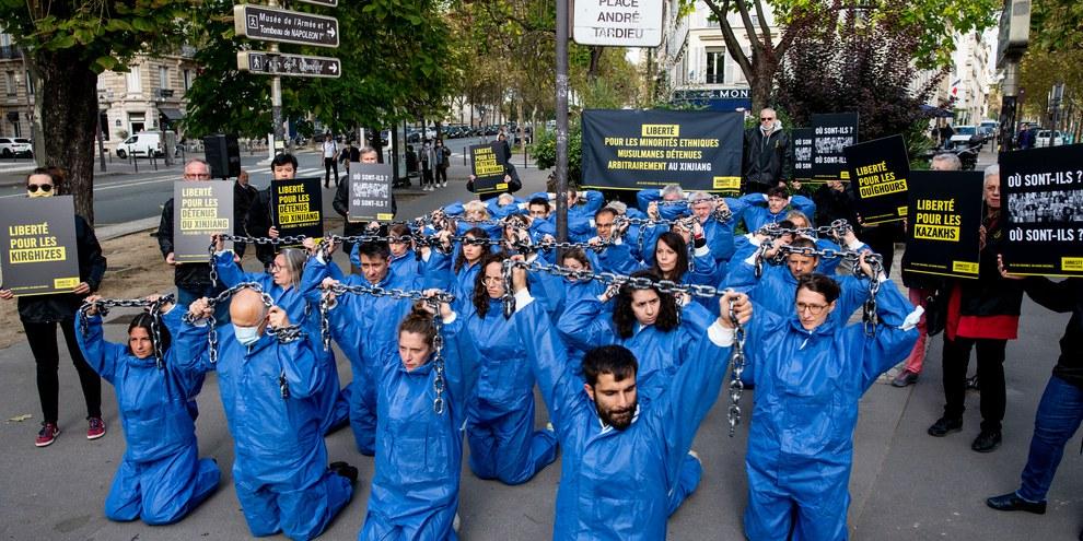 Cette action dénonce la répression contre la communauté ouïgoure, le 8 octobre 2021 à Paris © Benjamin Girette