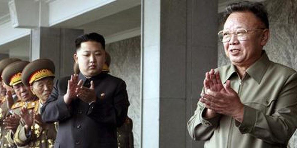 Kim Jong-un et son père Kim Jong-il applaudissent une parade militaire. Pjongjang, octobre 2010. © AP