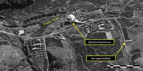 Des images satellite montrent que les camps de prisonniers se développent et que leur population augmente. © DigitalGlobe 2013