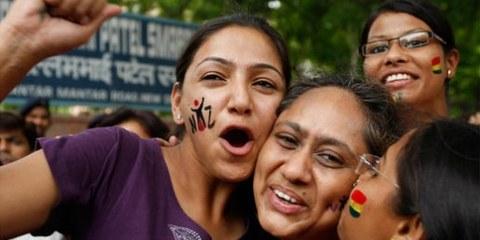 Des militantes célèbrent la dépénalisation de l'homosexualité en Inde. © APGraphicsBank