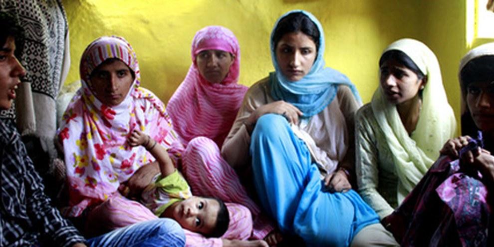 Les soeurs de Mushtaq Ahmad Sheikh, à Srinagar, 2010. © SHOME Basu