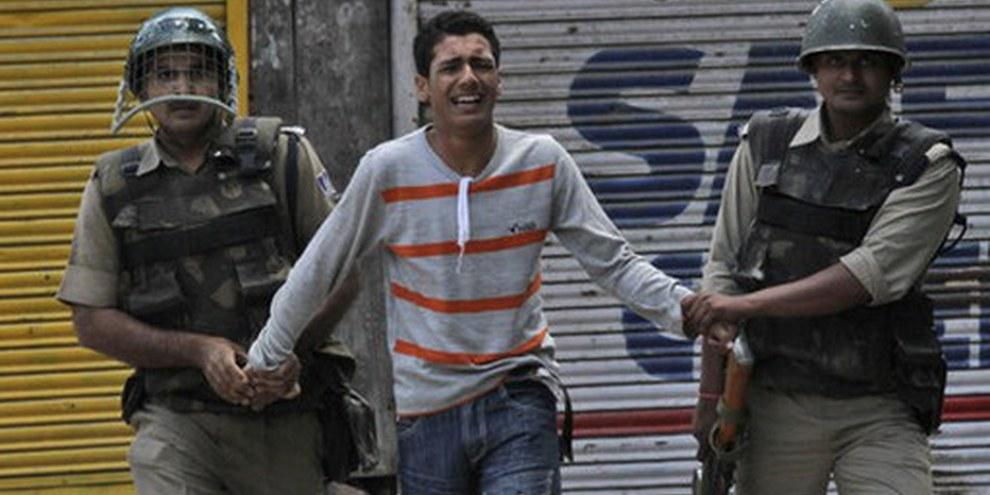 Arrestation d'un mineur par des paramilitaires indiens au Cachemire, lors d'une manifestation à Srinagar le 30 mai 2010. © AP Photo/Mukhtar Khan.