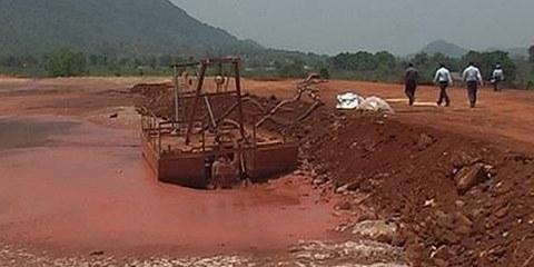 Un bassin de boue rouge de Vedanta à Lanjigarh, Orissa, en Inde, le 23 mai 2011 - après deux fuite le 5 avril et le 16 mai 2011. © AI