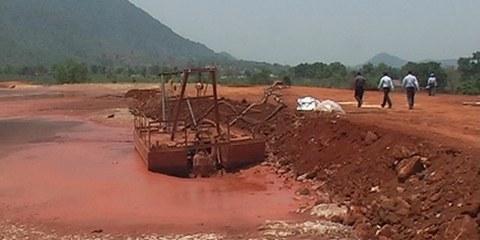 Bassin de boue rouge près de Lanjigarh, 23 mai 2011 © Amnesty International