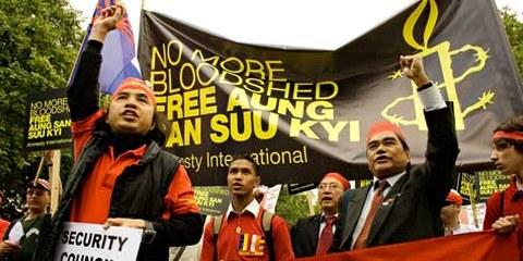 Des manifestants demandent la libération d'Aung San Suu Kyi. Londres, juin 2007 © AI