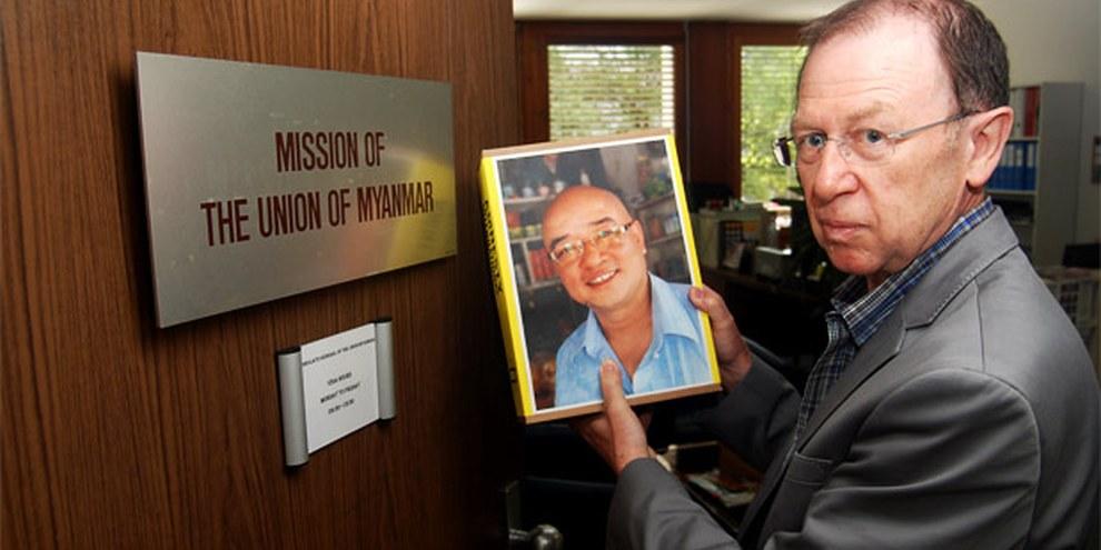 L'humoriste suisse-allemand Viktor Giacobbo remet la pétition à la mission du Myanmar © Fabrice Praz