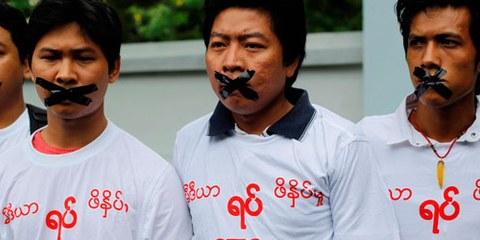 Protestation pour la libreté de la presse: Un grand nombre de journalistes font l'objet de harcèlement et de menaces, notamment lorsqu'ils enquêtent sur des sujets «sensibles». © REUTERS/Soe Zeya Tun