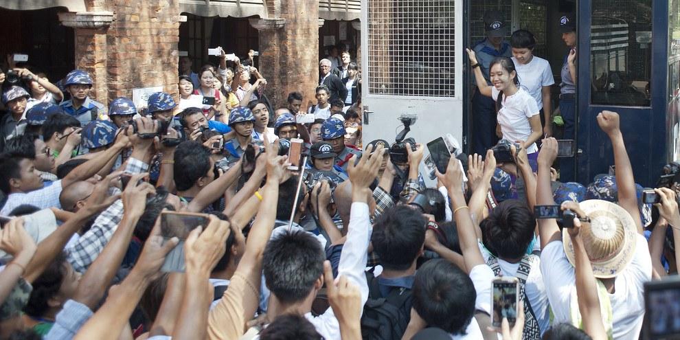 Des dizaines d'étudiants et d'activistes arrivent au tribunal après avoir été arrêtés par la police, 12 mai 2015. © Aung Thu/AFP/Getty Images
